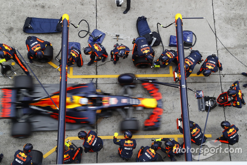 Daniel Ricciardo, Red Bull Racing RB13, makes a stop