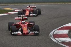 Kimi Räikkönen, Ferrari SF70H; Sebastian Vettel, Ferrari SF70H