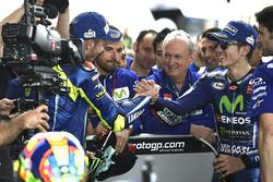 Valentino Rossi félicite Maverick Viñales, Yamaha Factory Racing, sous l'œil de Ramon Forcada