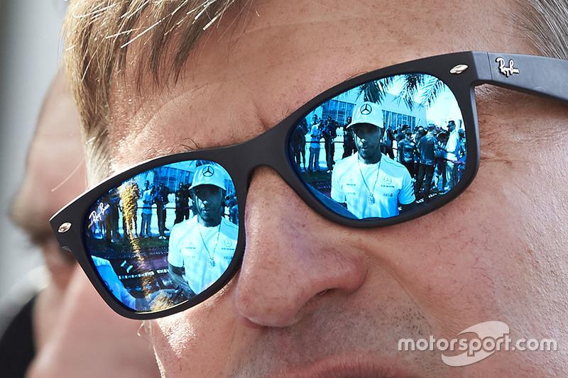 Віддзеркалення Льюіса Хемілтона, Mercedes AMG, у сонцезахисних окулярах