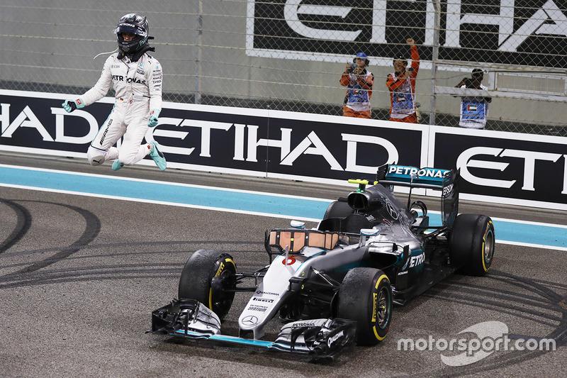13: Гран Прі Абу-Дабі, Яс-Маріна. Ніко Росберг, Mercedes AMG F1 W07 Hybrid святкує свій титул Чемпіона світу після закінчення гонки