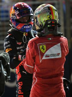 Max Verstappen, Red Bull Racing et Sebastian Vettel, Ferrari dans le Parc Fermé