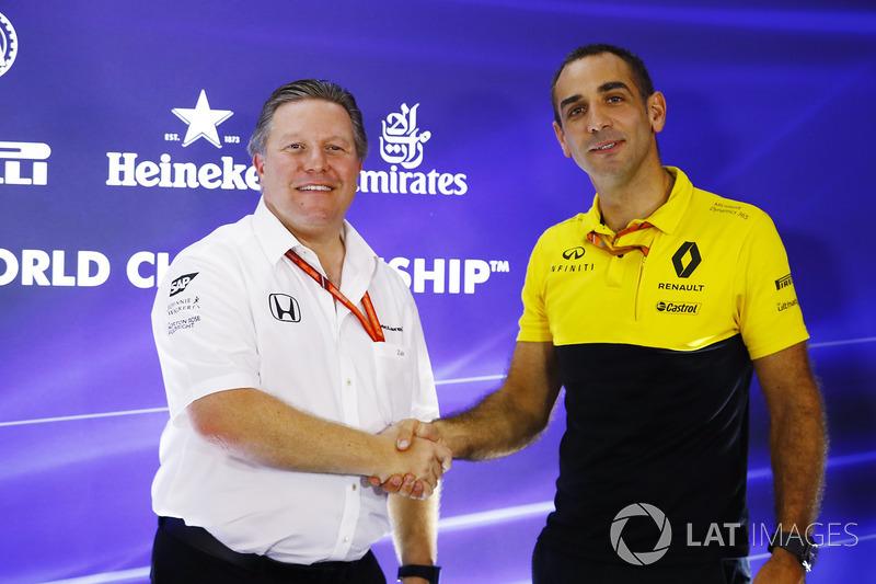Zak Brown, Director Ejecutivo de McLaren Technology Group, Cyril Abiteboul, Director General de Renault Sport F1 Team se laudan en el paddock