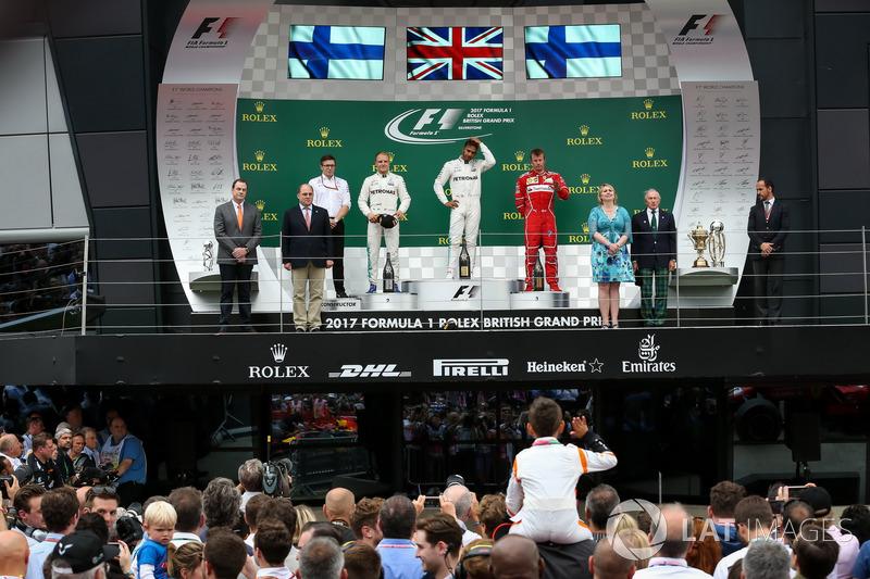 Podio: ganador de la carrera Lewis Hamilton, Mercedes AMG F1, segundo lugar Valtteri Bottas, Mercedes AMG F1, tercer lugar Kimi Raikkonen, Ferrari, Mercedes AMG F1 carrera Ingeniero Peter Bonnington,