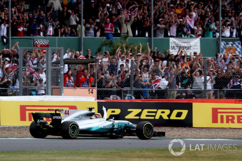 Lewis Hamilton, Mercedes AMG F1 W08, celebra la victoria saludando a los fans