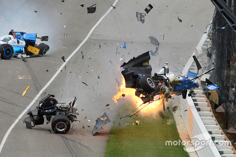 Scott Dixon, Chip Ganassi Racing Honda, Jay Howard, Schmidt Peterson Motorsports Honda involved in a