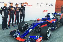 (L naar R): Franz Tost, Scuderia Toro Rosso Team Principal; Daniil Kvyat, Scuderia Toro Rosso; Carlos Sainz Jr., Scuderia Toro Rosso; James Key, Scuderia Toro Rosso Technical Director