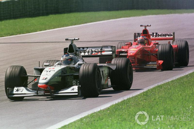 Mika Hakkinen, McLaren MP4/13 lidera a Michael Schumacher, Ferrari F300