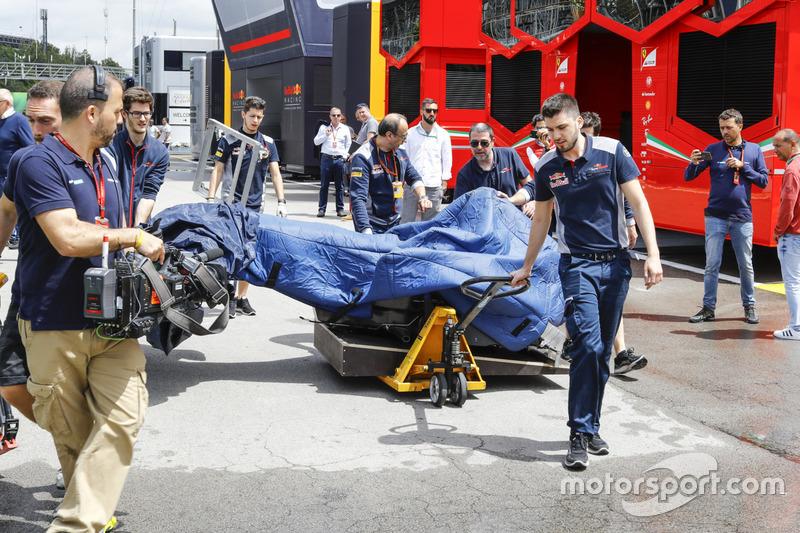 Механики Scuderia Toro Rosso везут монокок по падддоку
