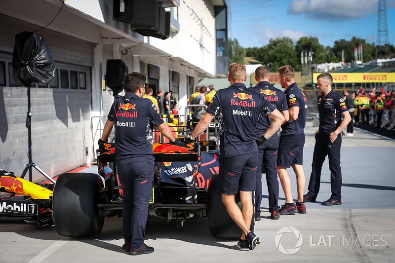 Red Bull Racing RB13 mecánicos con el coche de Red Bull Racing RB13