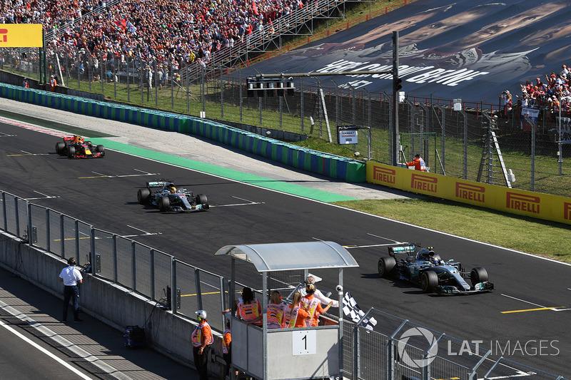 Valtteri Bottas, Mercedes-Benz F1 W08 Hybrid y Lewis Hamilton, Mercedes-Benz F1 W08 Hybrid cruzan la meta