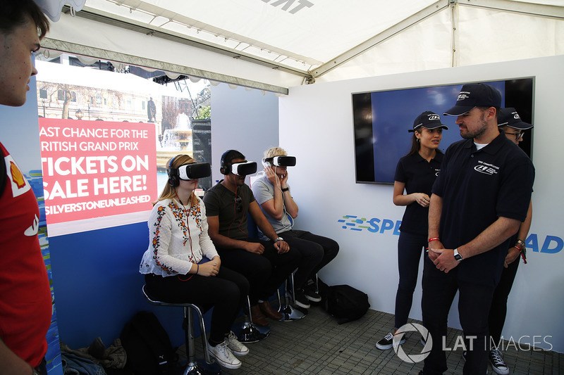Virtual Reality: Fans mit VR-Headsets