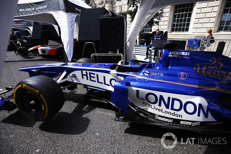 Sauber Formula 1 takımı, araçlarının yanında 'Merhaba Londra' mesajı ile