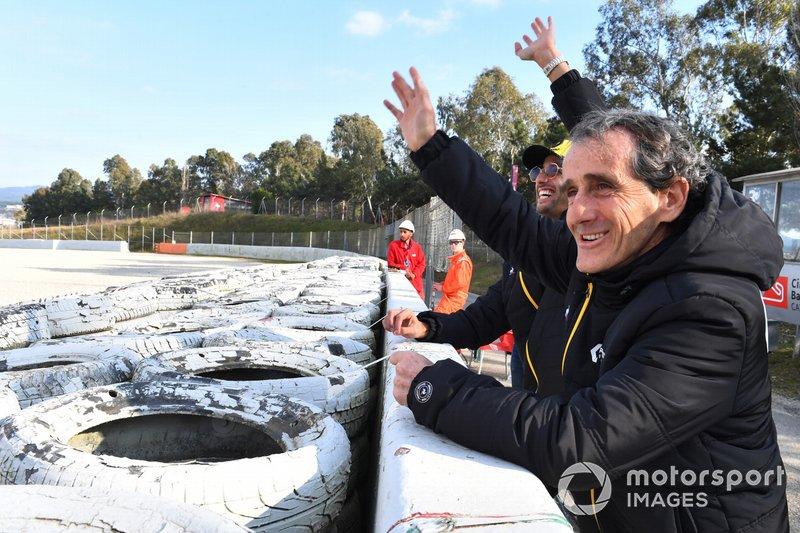 Daniel Ricciardo, Renault F1 Team y Alain Prost, Renault F1 Team Special Advisor ven las acciones