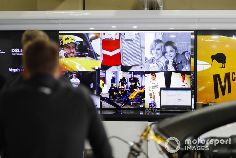 Фотографии Фернандо Алонсо и Джеймса Ханта в гараже McLaren