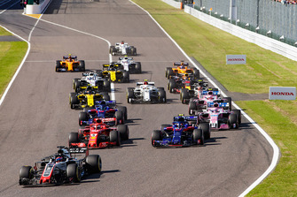 Romain Grosjean, Haas F1 Team VF-18, leads Sebastian Vettel, Ferrari SF71H, Pierre Gasly, Scuderia Toro Rosso STR13, Brendon Hartley, Toro Rosso STR13, Sergio Perez, Racing Point Force India VJM11, and the remainder of the field at the start of the race