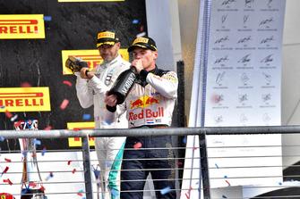 Lewis Hamilton, Mercedes AMG F1 e Max Verstappen, Red Bull Racing, festeggiano con lo champagne, sul podio