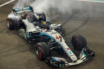Lewis Hamilton, Mercedes AMG F1, fête sa victoire avec des donuts