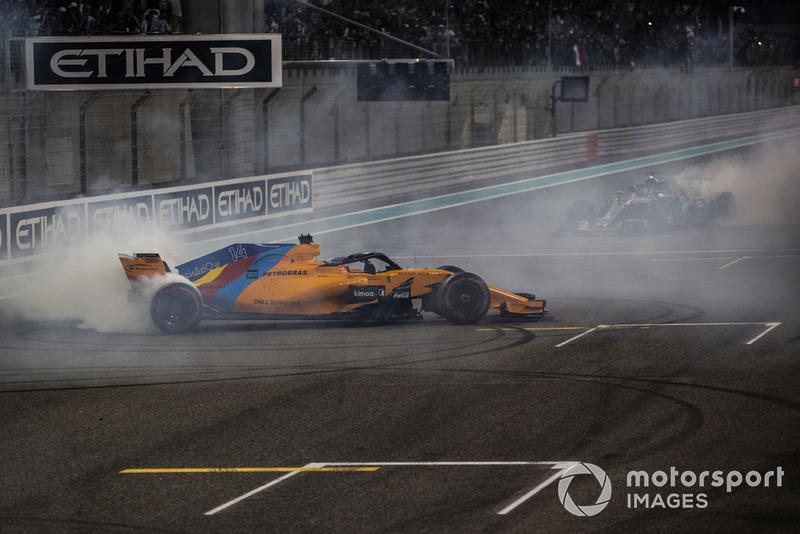 Fernando Alonso, McLaren MCL33 et Lewis Hamilton, Mercedes-AMG F1 W09 font des donuts