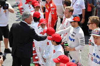 Chase Carey, directeur exécutif du Formula One Group et Sergio Perez, Racing Point Force India sur la grille