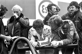 Mario Andretti, Lotus, und Ronnie Peterson, Lotus, mit Colin Champman im Hintergrund