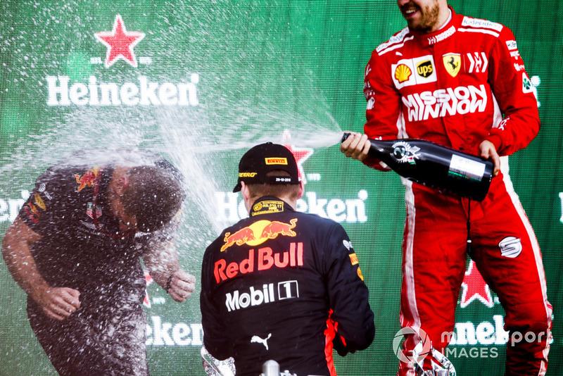 Podio: ganador de la carrera Max Verstappen, Red Bull Racing y tercer lugar Sebastian Vettel, Ferrari