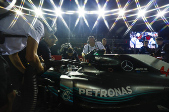 Mecánicos con el coche de Lewis Hamilton, Mercedes AMG F1 W09 EQ Power+