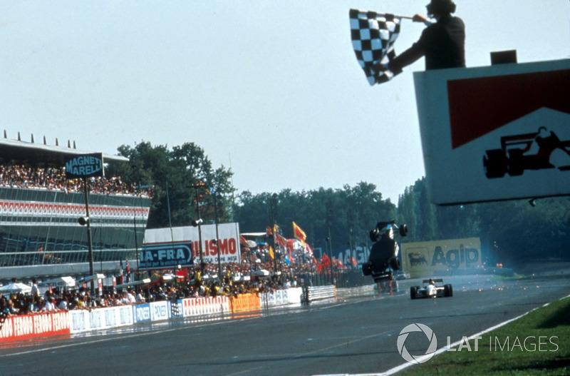 Зрители было начали уходить с трибун, когда произошла одна из самых известных аварий в истории Формулы 1: два гонщика Minardi столкнулись под клетчатым флагом, и машина Кристиана Фиттипальди, совершив почти идеальное сальто назад, пересекла линию финиша на брюхе.
