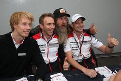 رقم 2 فريق بورشه 919 الهجينة: برندون هارتلي، إيرل بامبر، تيمو بيرنهارد وماغنوس والكر