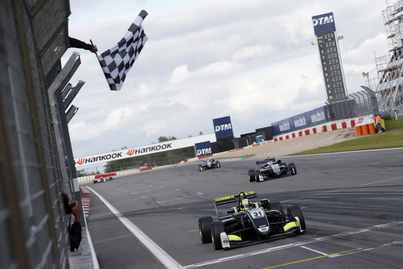 Checkered flag, Lando Norris, Carlin Dallara F317 - Volkswagen