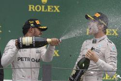 Подіум: Переможець гонки Льюїс Хемілтон, Mercedes AMG F1, друге місце Ніко Росберг, Mercedes AMG F1