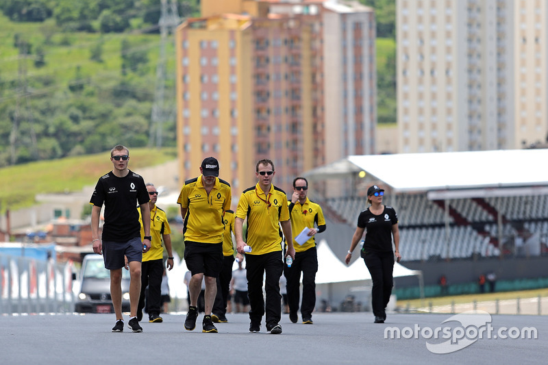 Sergey Sirotkin, Renault Sport F1 Team Test Driver walks the circuit with the team