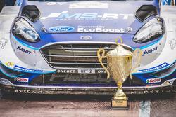 El coche de Ott Tänak, Martin Järveoja, Ford Fiesta WRC, M-Sport con el trofeo