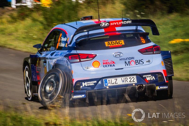 Thierry Neuville, Nicolas Gilsoul, Hyundai i20 WRC, Hyundai Motorsport with a  broken wheel