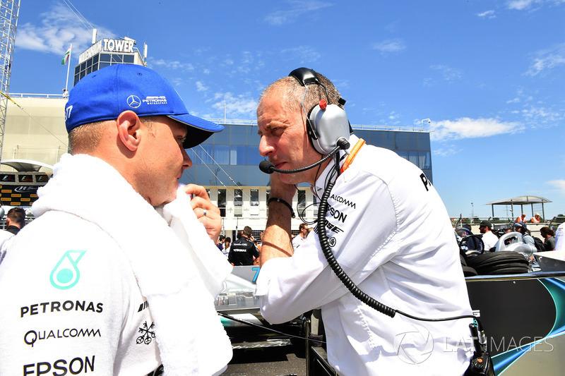 Valtteri Bottas, Mercedes AMG F1 W08 y Tony Ross, Mercedes AMG F1 W08 ingeniero de carrera en la parrilla