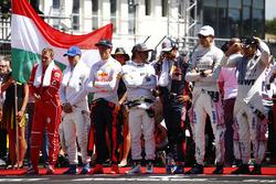 De coureurs staan klaar voor het volkslied