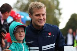 Marcus Ericsson, Sauber, posiert für ein Foto mit einm jungen Fan