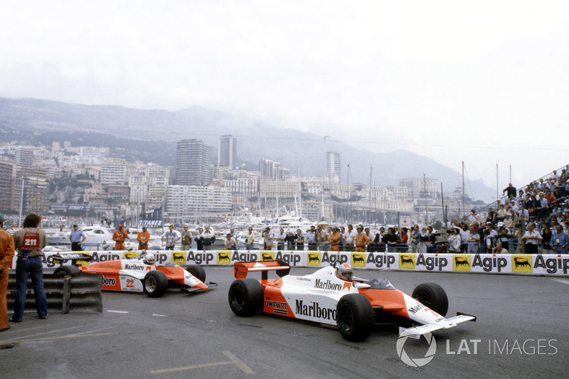 Джон Уотсон на McLaren MP4/1B Ford впереди Андреа де Чезариса на Alfa Romeo 182 на Гран При Монако 1982 года