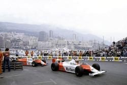John Watson, McLaren MP4/1B-Ford Cosworth leads Andrea de Cesaris, Alfa Romeo 182
