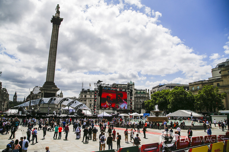 The atmosphere around Nelsons column in Trafalgar Square