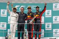 Lewis Hamilton, Mercedes AMG F1, Dan Fallows, Red Bull Racing Head of Aerodynamics, race winner Max Verstappen, Red Bull Racing and Daniel Ricciardo, Red Bull Racing celebrate on the podium