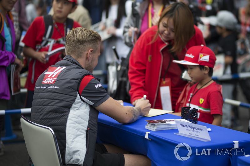 Kevin Magnussen, Haas F1 Team signs autographs for the fans