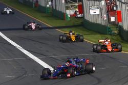 Daniil Kvyat, Scuderia Toro Rosso STR12, devant Fernando Alonso, McLaren MCL32, et Nico Hulkenberg, Renault Sport F1 Team RS17