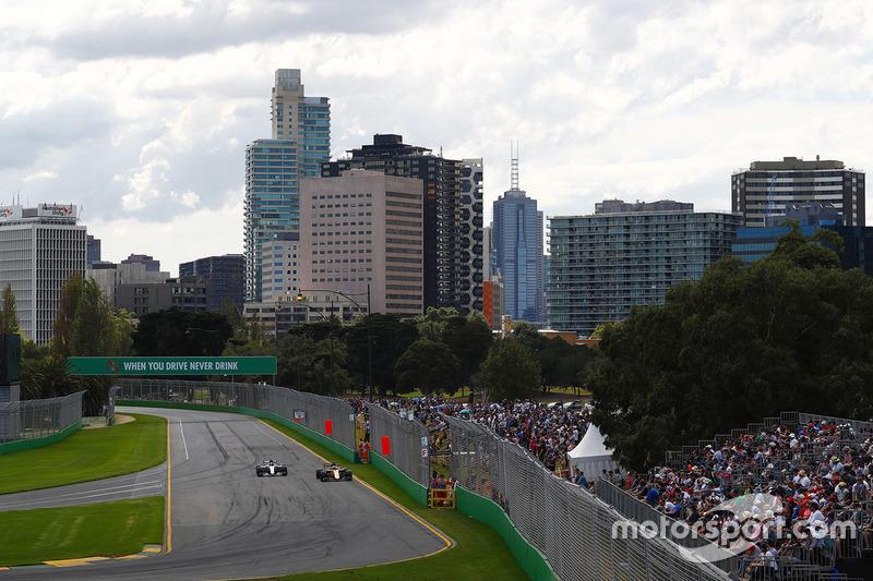 Nico Hulkenberg, Renault Sport F1 Team RS17 y Valtteri Bottas, Mercedes AMG F1 W08