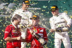 Podyum: 2. Lewis Hamilton, Mercedes AMG, yarış galibi Sebastian Vettel, Ferrari, 3. Valtteri Bottas, Mercedes AMG, Luigi Fraboni, Güç Ünitesi Şefi, Ferrari