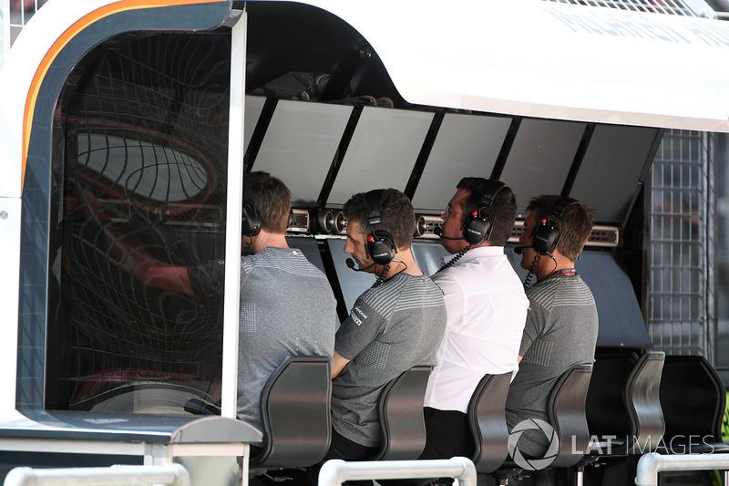 Гоночний директор McLaren Ерік Бульє на командному містку