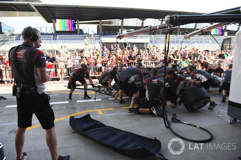 Головний механік Haas F1 Team Стюарт Крамп і Haas F1 Team практикують піт-стоп