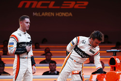 Pilotos Stoffel Vandoorne y Fernando Alonso en el escenario en el lanzamiento de la McLaren MCL32