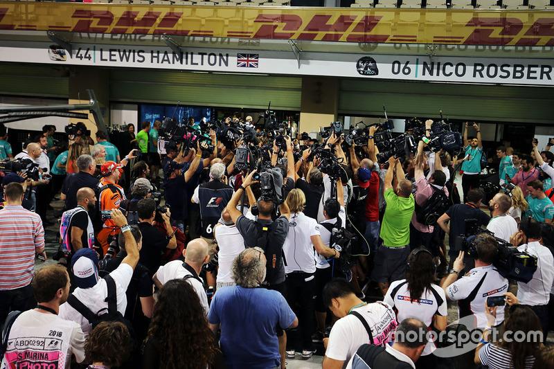 Nico Rosberg, de Mercedes AMG F1 celebra su campeonato del mundo con su esposa Vivian Rosberg y el equipo