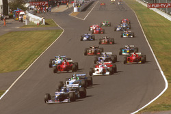 Arrancada Damon Hill, Williams FW18 Renault lidera a Gerhard Berger, Benetton B196 Renault